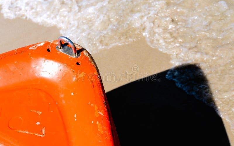 πλώρη της βάρκας στην αμμώδη παραλία - - απλό αφηρημένο σχέδιο β στοκ εικόνα