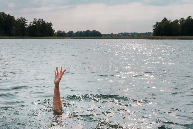 Πνίγοντας άτομο Να κολλήσει διανέμει του νερού στοκ φωτογραφίες