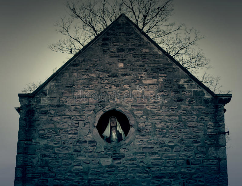 Πνευματικός αριθμός στο παλαιό εγκαταλελειμμένο παράθυρο σπιτιών στοκ εικόνες με δικαίωμα ελεύθερης χρήσης