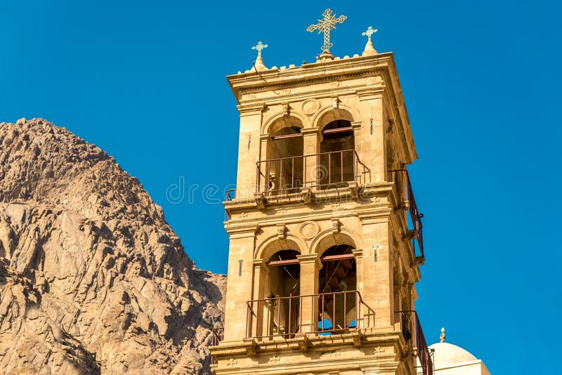 Πνευματικότητα και πίστη, πύργος μιας χριστιανικής εκκλησίας με έναν σταυρό στην κορυφή στοκ εικόνες