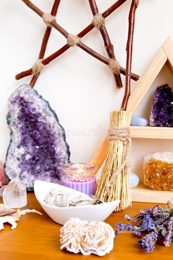 Πνευματικό διάστημα βωμών με τη στάση κρυστάλλου, κρύσταλλα, smudge ραβδί στοκ φωτογραφία με δικαίωμα ελεύθερης χρήσης