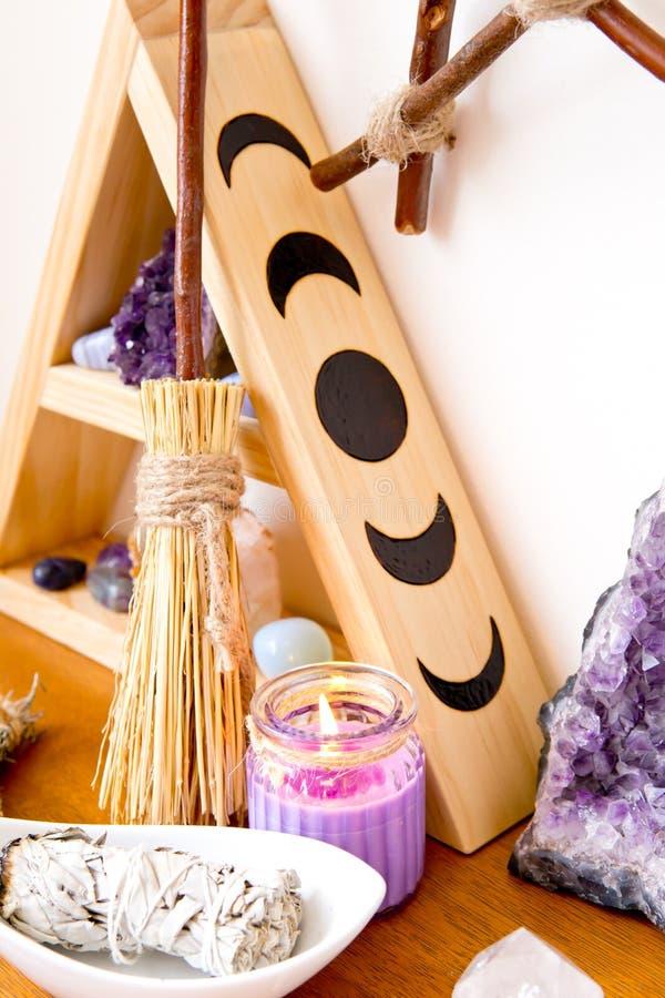 Πνευματικό διάστημα βωμών με τη στάση κρυστάλλου, κρύσταλλα, smudge ραβδί στοκ εικόνες