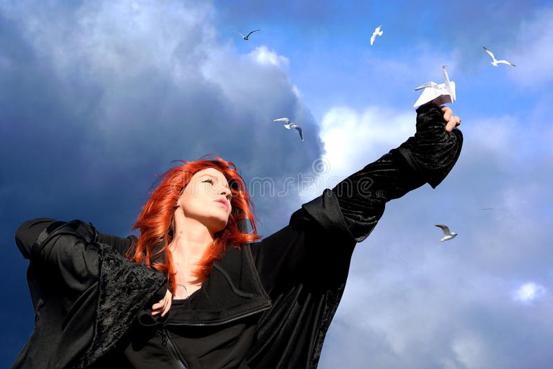 Πνεύμα εφήβων Νέα redhead γυναίκα που κρατά ένα έγγραφο στοκ εικόνες με δικαίωμα ελεύθερης χρήσης