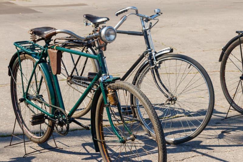 Ποδήλατα που σταθμεύουν αναδρομικά στην οδό πόλεων στοκ εικόνες με δικαίωμα ελεύθερης χρήσης