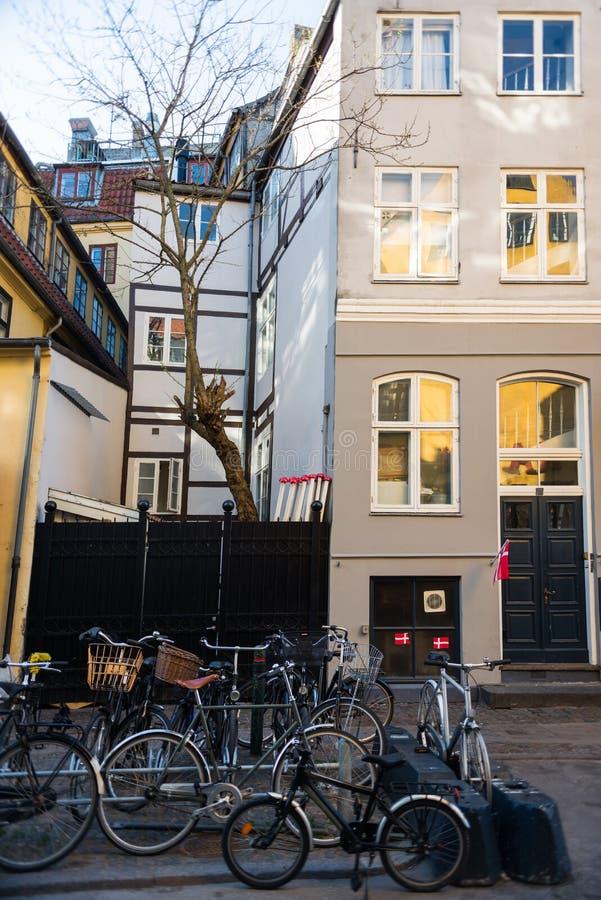 ποδήλατα που σταθμεύουν κοντά στις πύλες και τα σπίτια στην οδό στοκ φωτογραφίες με δικαίωμα ελεύθερης χρήσης