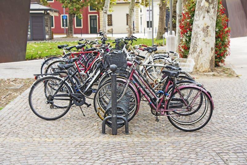 Ποδήλατα που σταθμεύουν στην οδό στην πόλη στοκ φωτογραφίες