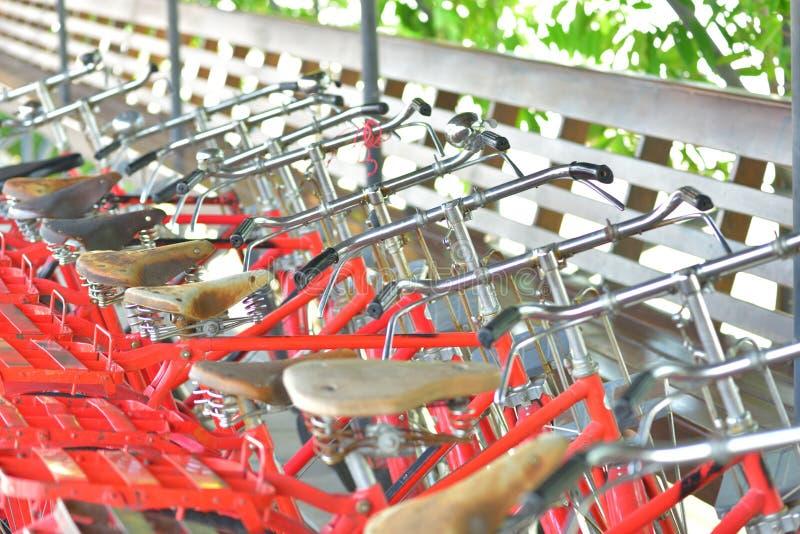 Ποδήλατα που σταθμεύουν στο δημόσιο χώρο πεζοδρομίων στοκ εικόνες με δικαίωμα ελεύθερης χρήσης
