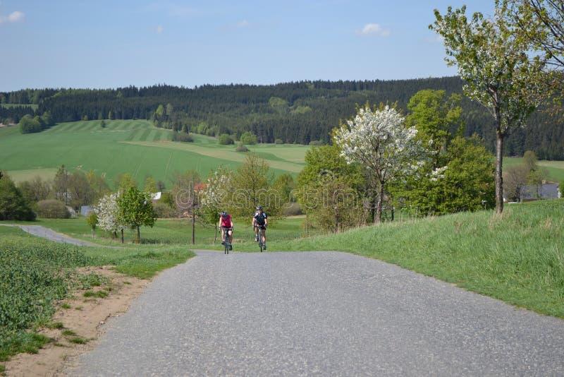 Ποδήλατο άνοιξη που οδηγά στους όμορφους λόφους στοκ εικόνες