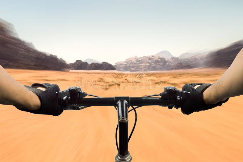 Ποδήλατο βουνών στην έρημο στοκ εικόνες