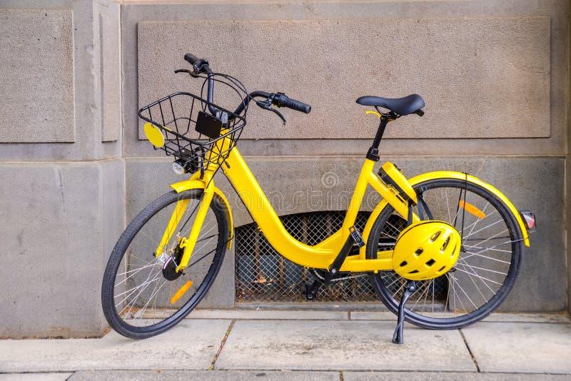 Ποδήλατο για τη μίσθωση στην πόλη στοκ εικόνες με δικαίωμα ελεύθερης χρήσης