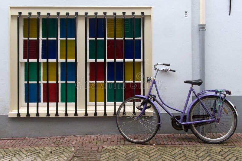 Ποδήλατο που σταθμεύουν Κάτω Χώρες στην οδό στο Άμστερνταμ, στοκ εικόνες