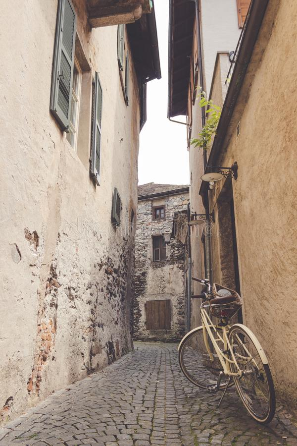 Ποδήλατο που σταθμεύουν σε μια στενή αλέα στοκ φωτογραφίες