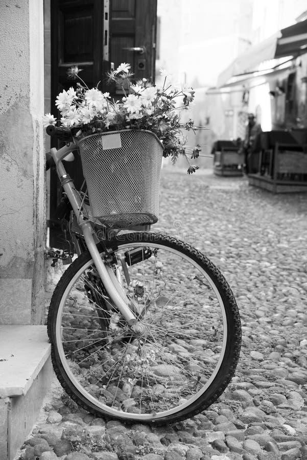 Ποδήλατο στην παλαιά πόλη Alghero, στην Ιταλία στοκ εικόνα