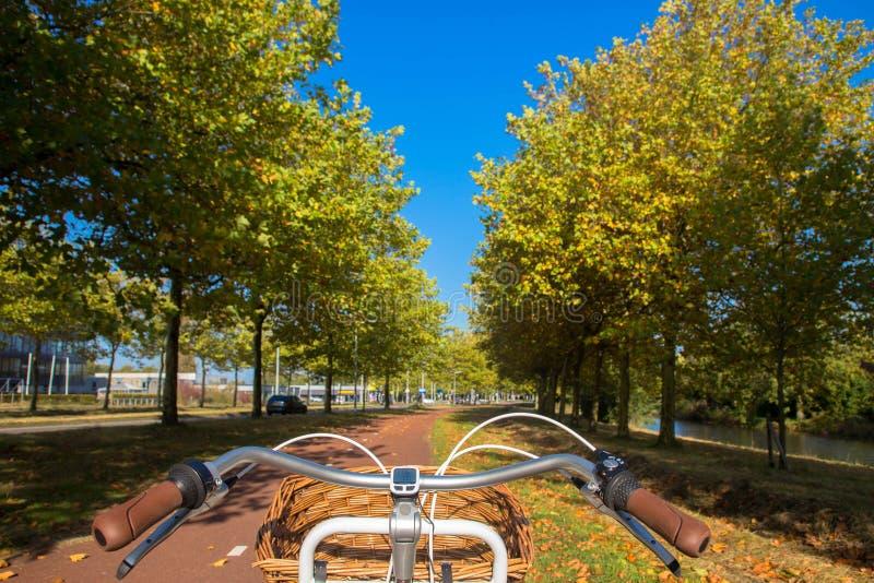 Ποδήλατο της Ολλανδίας στην πορεία ποδηλάτων Ολλανδικό αστικό τοπίο φθινοπώρου στοκ εικόνα