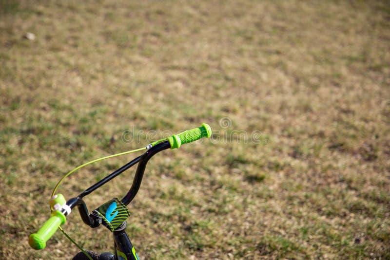 Ποδήλατο των μικρών παιδιών στο πάρκο τιμόνι ποδηλάτων παιδιών στοκ φωτογραφίες με δικαίωμα ελεύθερης χρήσης
