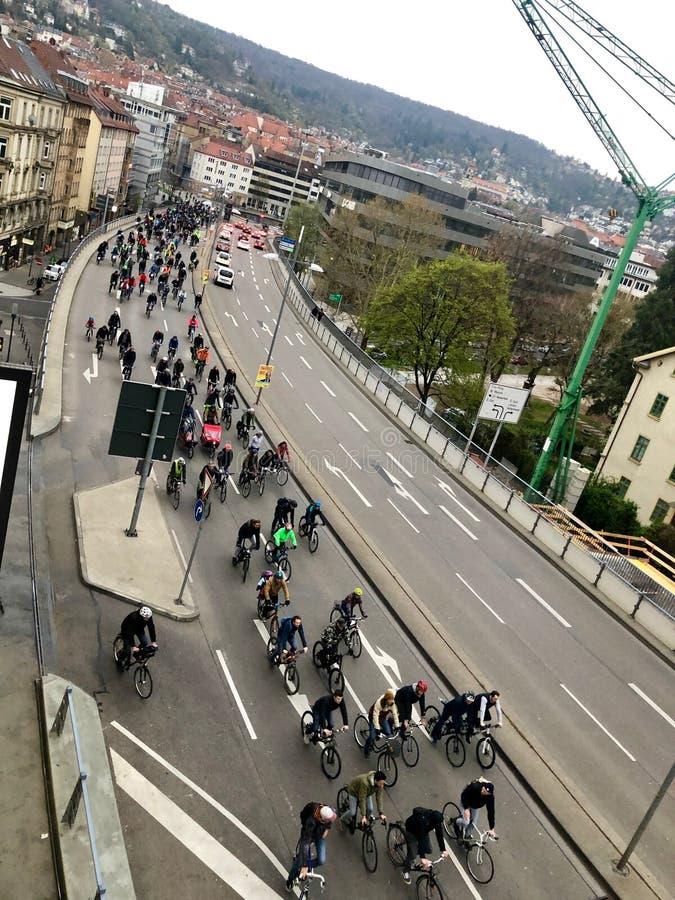 Ποδηλάτες που συμμετέχουν στο γεγονός κρίσιμης μάζας στη Στουτγάρδη στοκ φωτογραφία