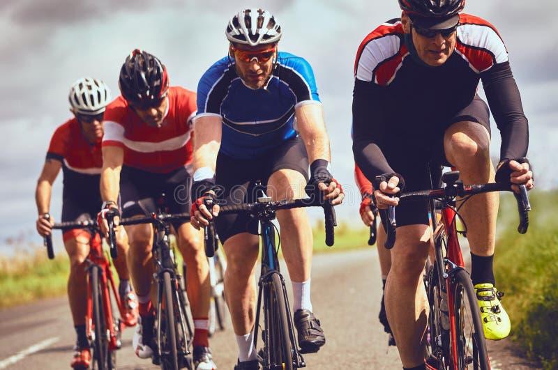 Ποδηλάτες που συναγωνίζονται στις εθνικές οδούς στοκ εικόνες