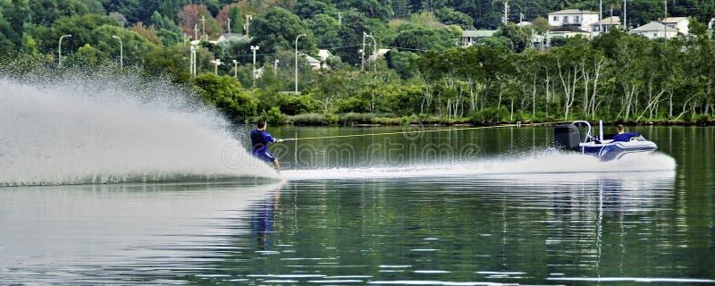 Ποδηλάτης με ξυπόλυτο νερό σε ταχύτητα ηρεμίας στοκ φωτογραφία με δικαίωμα ελεύθερης χρήσης