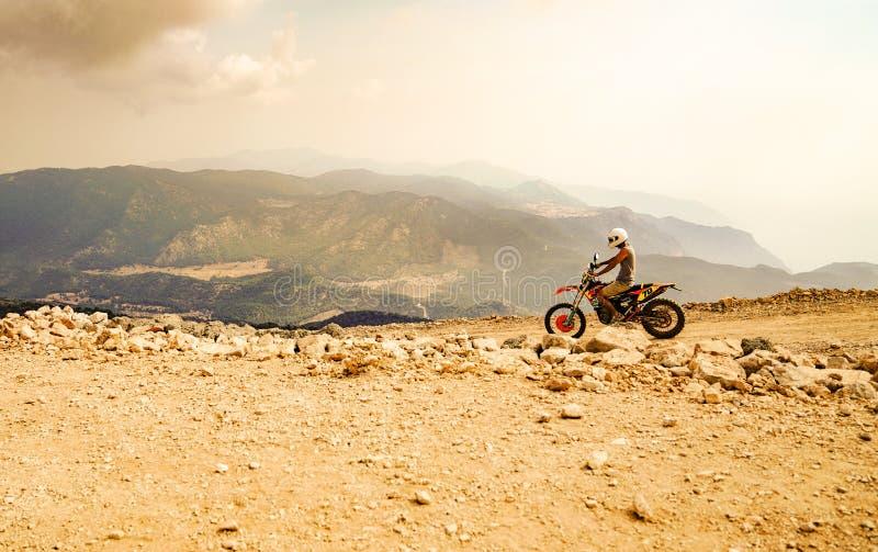 Ποδηλάτης μηχανών βουνών που οδηγά στο σκονισμένο δρόμο σε Babadag στοκ φωτογραφία με δικαίωμα ελεύθερης χρήσης
