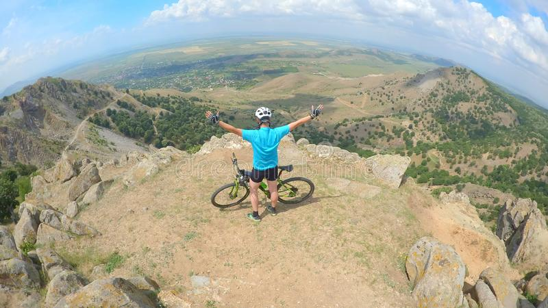 Ποδηλάτης που αισθάνεται ελεύθερος στην κορυφή των βουνών στοκ φωτογραφία με δικαίωμα ελεύθερης χρήσης