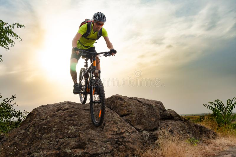 Ποδηλάτης που οδηγά το ποδήλατο στο δύσκολο ίχνος φθινοπώρου στο ηλιοβασίλεμα Ακραίος αθλητισμός και έννοια Enduro Biking στοκ εικόνα με δικαίωμα ελεύθερης χρήσης