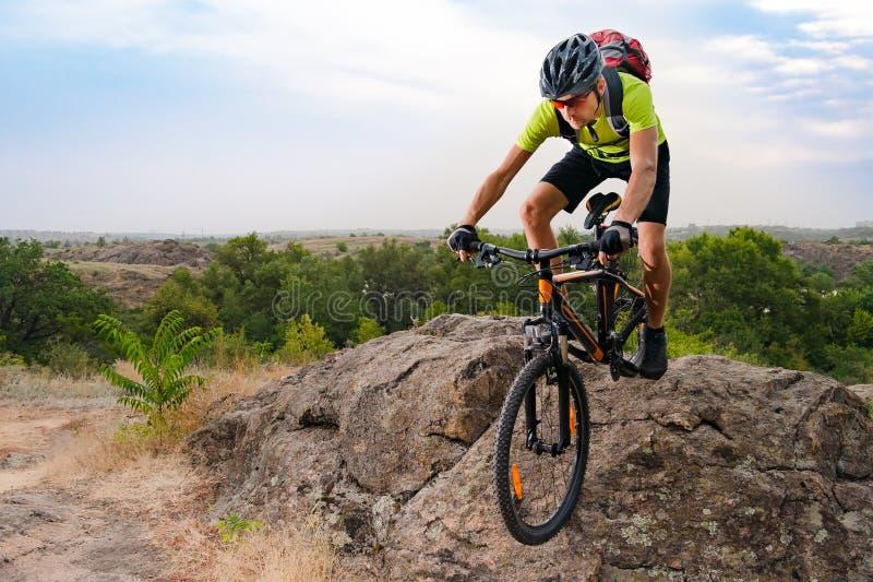 Ποδηλάτης που οδηγά το ποδήλατο στο δύσκολο ίχνος φθινοπώρου στο ηλιοβασίλεμα Ακραίος αθλητισμός και έννοια Enduro Biking στοκ εικόνες με δικαίωμα ελεύθερης χρήσης