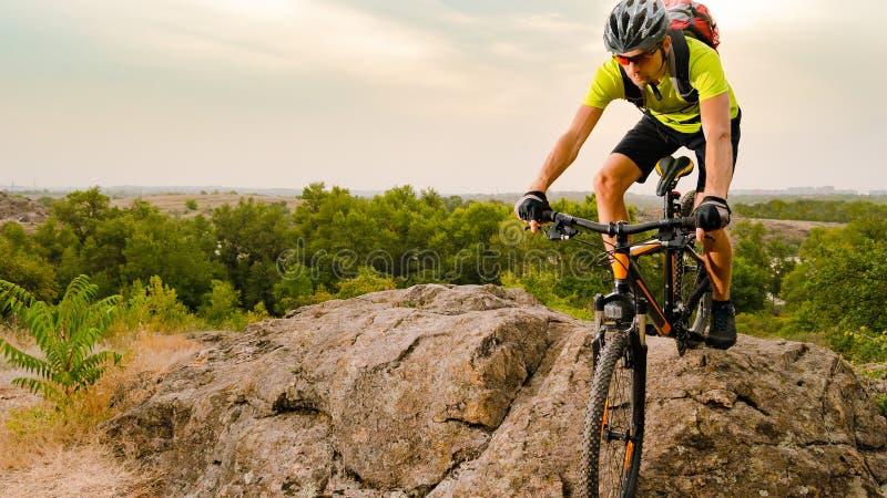 Ποδηλάτης που οδηγά το ποδήλατο στο δύσκολο ίχνος φθινοπώρου στο ηλιοβασίλεμα Ακραίος αθλητισμός και έννοια Enduro Biking στοκ φωτογραφίες