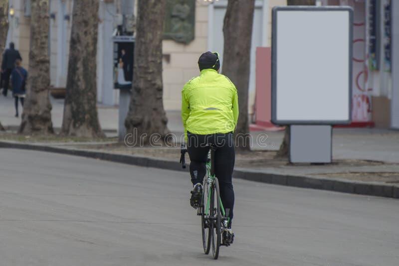 Ποδηλάτης σε ένα ποδήλατο αγώνα υπαίθρια στην πόλη Διαφήμιση citylight με  στοκ φωτογραφία με δικαίωμα ελεύθερης χρήσης