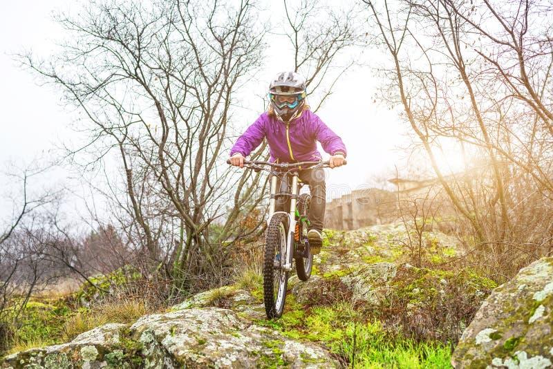 Ποδηλάτης Enduro που οδηγά το ποδήλατο βουνών στο δύσκολο ίχνος στοκ φωτογραφία με δικαίωμα ελεύθερης χρήσης