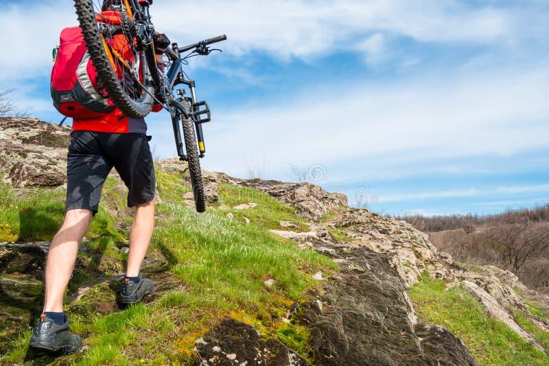 Ποδηλάτης Enduro που παίρνει το ποδήλατο βουνών του μέχρι το όμορφο δύσκολο ίχνος Ακραία έννοια αθλητισμού και περιπέτειας στοκ εικόνες με δικαίωμα ελεύθερης χρήσης