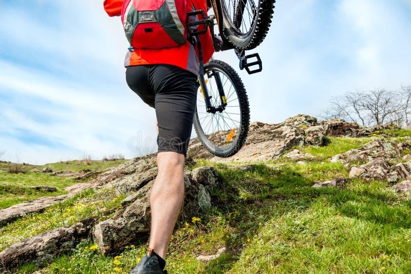 Ποδηλάτης Enduro που παίρνει το ποδήλατο βουνών του μέχρι το όμορφο δύσκολο ίχνος Ακραία έννοια αθλητισμού και περιπέτειας στοκ φωτογραφίες με δικαίωμα ελεύθερης χρήσης