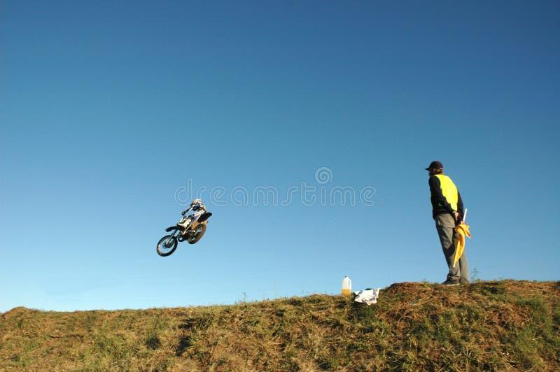 ποδηλάτης flagsman στοκ εικόνα με δικαίωμα ελεύθερης χρήσης