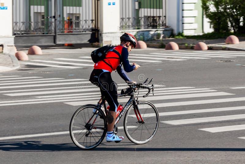 Ποδηλάτης sportswear στους γύρους κατά μήκος του δρόμου στοκ εικόνες με δικαίωμα ελεύθερης χρήσης
