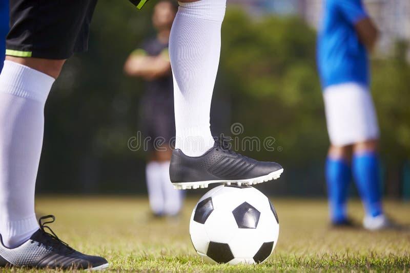 Ποδοσφαιριστές έτοιμοι για το kickoff στοκ φωτογραφίες