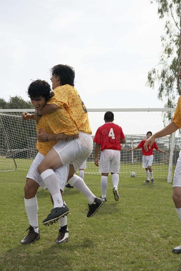 Ποδοσφαιριστές που γιορτάζουν το στόχο στοκ εικόνες με δικαίωμα ελεύθερης χρήσης