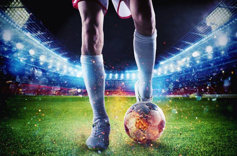 Ποδοσφαιριστής με το soccerball στην πυρκαγιά στο στάδιο κατά τη διάρκεια της αντιστοιχίας στοκ εικόνες