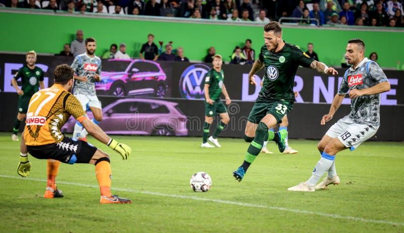 Ποδοσφαιριστής Ντάνιελ Ginczek ενάντια στον τερματοφύλακας Orestis Karnezis στοκ φωτογραφίες με δικαίωμα ελεύθερης χρήσης
