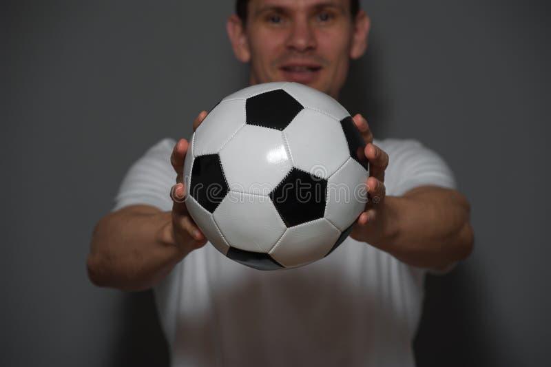 Ποδόσφαιρο ή ποδοσφαιριστής κινηματογραφήσεων σε πρώτο πλάνο αρσενικό με τη σφαίρα στοκ εικόνα με δικαίωμα ελεύθερης χρήσης