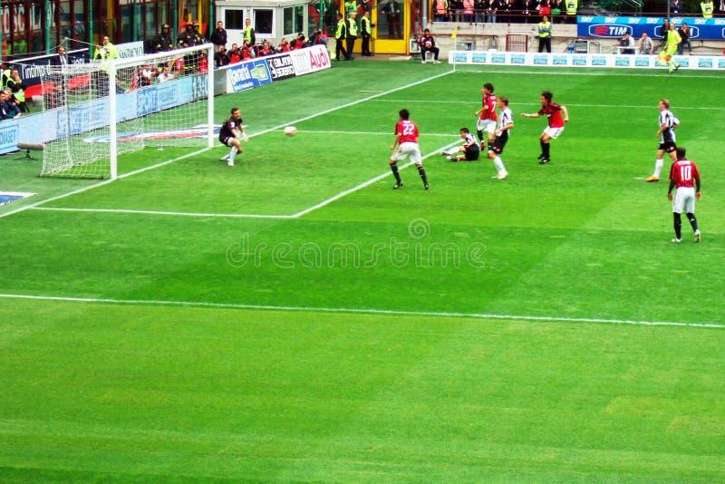 ποδόσφαιρο επίθεσης στοκ εικόνα με δικαίωμα ελεύθερης χρήσης