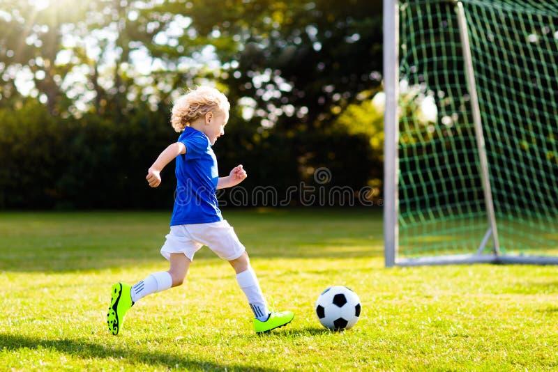 Ποδόσφαιρο παιχνιδιού παιδιών Παιδί στο γήπεδο ποδοσφαίρου στοκ φωτογραφία