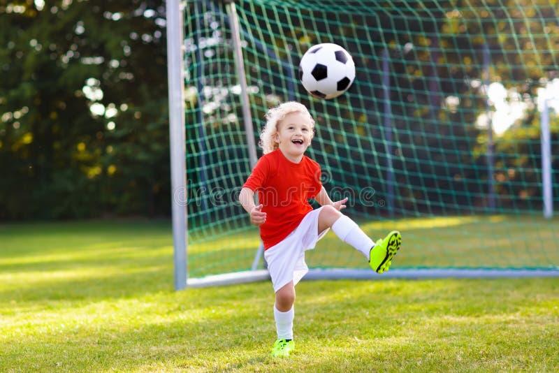 Ποδόσφαιρο παιχνιδιού παιδιών Παιδί στο γήπεδο ποδοσφαίρου στοκ εικόνες