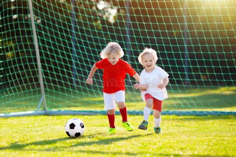 Ποδόσφαιρο παιχνιδιού παιδιών Παιδί στο γήπεδο ποδοσφαίρου στοκ εικόνες με δικαίωμα ελεύθερης χρήσης