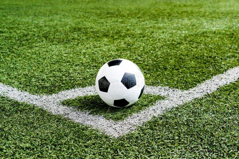 Ποδόσφαιρο ποδοσφαίρου στη γραμμή λακτίσματος γωνιών στοκ εικόνες με δικαίωμα ελεύθερης χρήσης