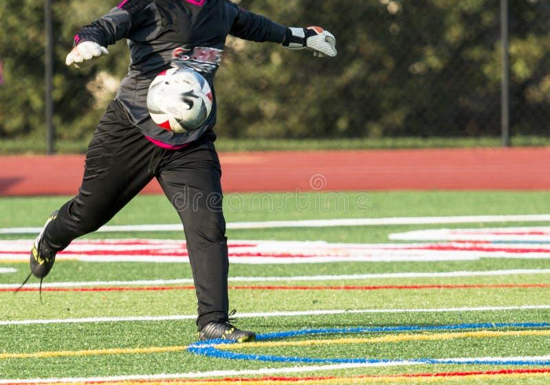 Ποδόσφαιρο goalie που κλωτσά τη σφαίρα στοκ εικόνα με δικαίωμα ελεύθερης χρήσης