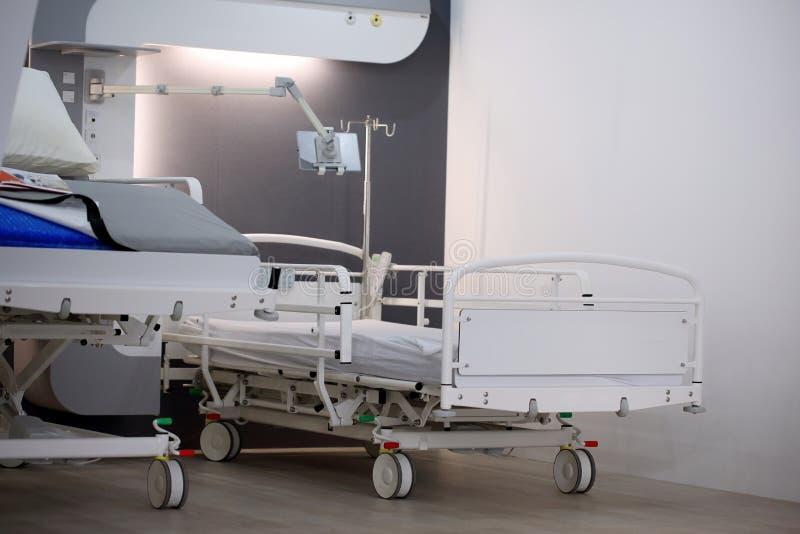 ΠΟΖΝΑΝ, ΠΟΛΩΝΙΑ - 12 ΑΠΡΙΛΊΟΥ 2016: Κενό κρεβάτι στο δωμάτιο νοσοκομείων Poz στοκ φωτογραφίες