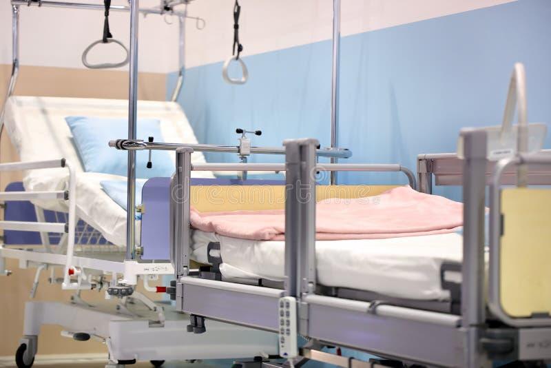 ΠΟΖΝΑΝ, ΠΟΛΩΝΙΑ - 12 ΑΠΡΙΛΊΟΥ 2016: Κενό κρεβάτι στο δωμάτιο νοσοκομείων Poz στοκ φωτογραφίες με δικαίωμα ελεύθερης χρήσης