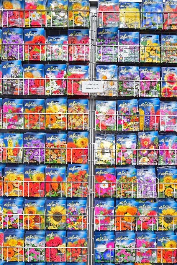 Ποικίλοι σπόροι λουλουδιών που πωλούνται στο πακέτο στοκ εικόνες με δικαίωμα ελεύθερης χρήσης