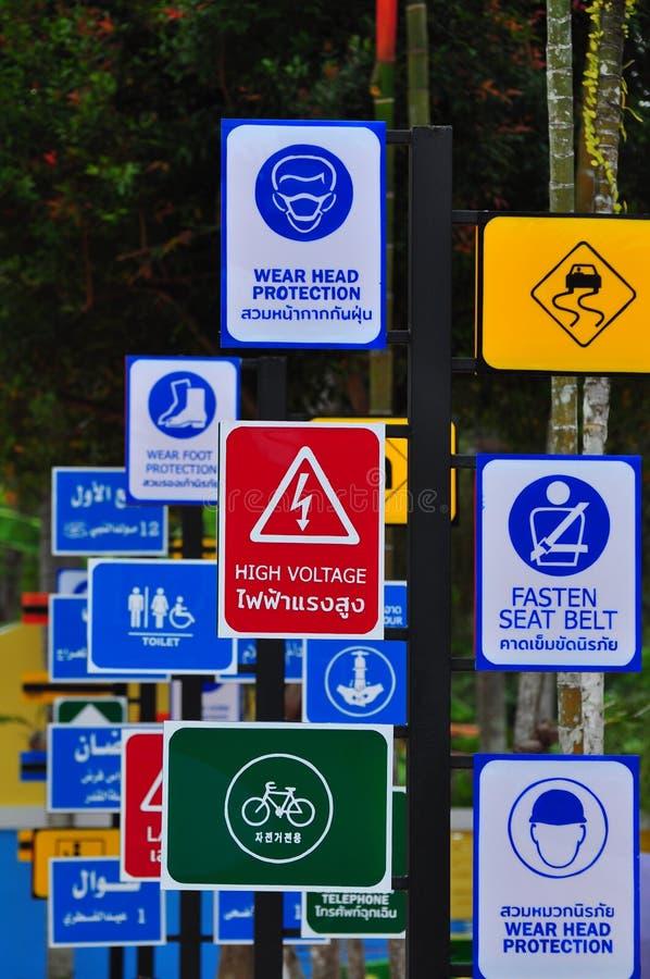 Ποικιλία της ετικέτας σημαδιών εκτός από το sreet στη μεγάλη πόλη για να προειδοποιήσει την κίνηση κίνησης προσεκτικά στο φεστιβά στοκ φωτογραφίες με δικαίωμα ελεύθερης χρήσης