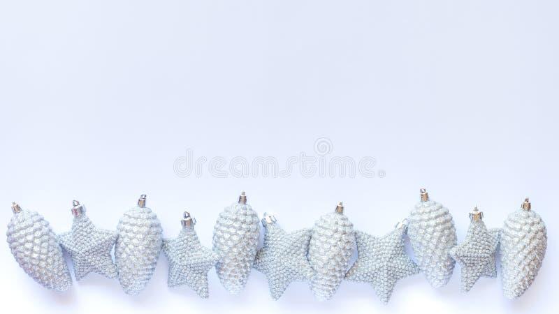 Ποικιλία των ασημένιων διακοσμήσεων Χριστουγέννων glittery στο άσπρο υπόβαθρο με το διάστημα αντιγράφων στοκ φωτογραφίες με δικαίωμα ελεύθερης χρήσης
