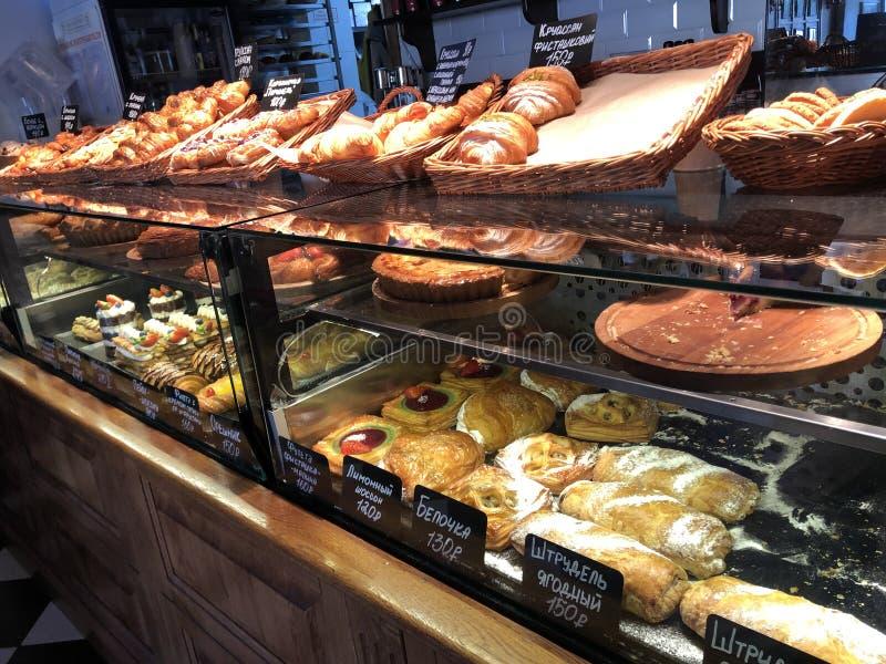 Ποικιλία των εύγευστων επιδορπίων υψηλός-θερμίδας που βρίσκεται στο παράθυρο αρτοποιείων στοκ φωτογραφία με δικαίωμα ελεύθερης χρήσης
